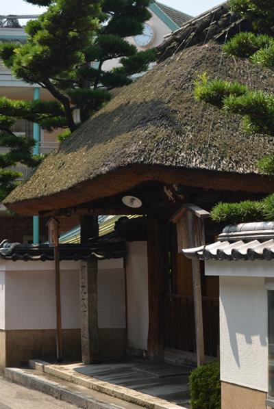 西光寺の茅葺き屋根